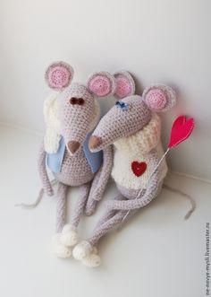 mouse | мышиная парочка - мышки влюбленные и очень-очень милые. Они обязательно принесут в ваш дом уют, тепло и нежность) И конечно, поделятся своей любовью! Мышки выполнены из моей любимой пряжи - она невероятно приятная на ощупь, бархатистая. Мышки сидят либо с опорой, либо самостоятельно на самом краю стола/ полки.