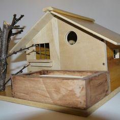 Casetta per uccelli con albero e mangiatoia