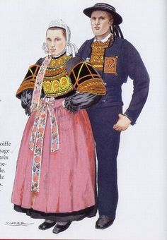 Pont l'Abbé - 1903 Coiffe de lingerie brodée . Corsage de drap, double chaîne brodé. Manches de cachemire bordées de dentelles. Jupe de drap. Tablier de damas à rubans brochés. L'homme porte le chapeau de feutre à 8 rubans. Le costume est de drap et le gilet brodé, avec la fleur de coeur brodée sur la veste aussi.