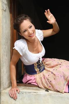 I'm in love with this dirndl. I quite like the corset, even though it deviates from the traditional dirndl cut