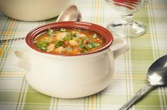 Włoska zupa z fasolą i makaronem