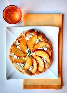 grilled peach pizza with goat cheese & honey. I love really good peaches and goat cheese Goat Cheese Pizza, Cafeteria Food, Grilled Peaches, Grilled Pizza, Happy Kitchen, Appetizer Recipes, Appetizers, Yummy Food, Pizza