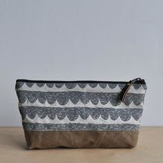 LARGE OBLONG POUCH - scallop/waxed