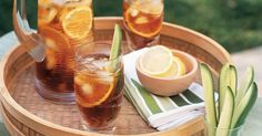 Pimm's cocktail - This classic english cocktail is ideal for warmer weather. Here's how to make a deliciously drinkable batch. Pimms Cocktail, Ginger Ale Cocktail, Cocktail Recipes, Drink Recipes, Christmas Lunch, Christmas Recipes, Mexican Christmas, Thing 1, Smoothie Drinks