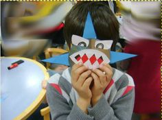 """Los niños crean su propio tiburón con un CD reciclado dentro de la actividad """"Mundo marino"""" de la Biblioteca Pública de Soria"""