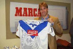 "Otro de la ""quinta del buitre"" Rafael Martin Vazquez... mostrando orgulloso la playera del Atletico Celaya"