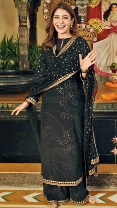 Anushka Sharma Kohli in Sabyasachi Mukherjee designer suit for her movie Sui Dhaga promotion Eid Outfits, Pakistani Outfits, Indian Outfits, Trendy Outfits, Kurti Designs Party Wear, Kurta Designs, Indian Attire, Indian Wear, Indian Designer Suits