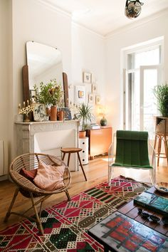 Boho Decor 91283 Colorful living room with ethnic carpet and wicker and green armchair I The Socialite Family # ceramic Lovely Apartments, Paris Apartments, Green Armchair, Sweden House, Green Velvet Sofa, Paris Home, Small Apartment Decorating, Small Cozy Apartment, Bohemian Apartment Decor