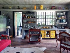 Rack Container amarelo Velha Bahia no ambiente do Atelier com toque Gourmet da Artista Plástica Ana Durães. Matéria Casa Vogue sobre cozinhas bem planejadas e deocradas.