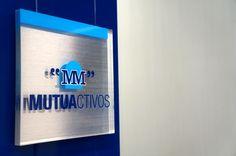 Placa de metacrilato fondeado en vinilo acerado e imagen corporativa de Mutua Madrileña Sign Design, Signage, Licence Plates, Pharmacy, Steel, Facades, Billboard, Signs