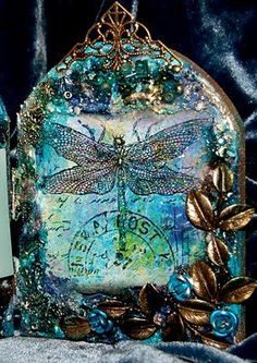 Dragon fly glass art Twist: reflection and similar colors object not natural place. Mosaic Glass, Stained Glass, Glass Art, Bernardo Y Bianca, Faberge Eier, Dragons, Dragonfly Art, Dragonfly Jewelry, Altered Bottles