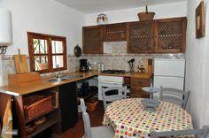 Goed ingerichte keuken met elektrische oven.