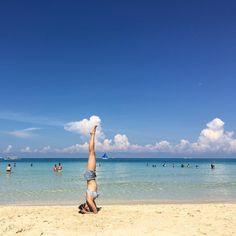 Instagram의 Ballet Classic Yoga Pilates님: 전날보다 더 안정되게 유지하면서 거꾸로 보는 풍경에 감탄 연발하고 있었다 #yoga #boracay #headstand #요가 #헤드스탠드 #물구나무서기 #보라카이 #바다 #