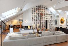obsessed with how open and inviting this family room is! and all those books, very sophisticated