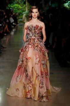 Eh oui !!Qui dit élégance dit Elie Saab.Undesigner libanais qui a donné a la beauté un autre sens. Sur le podium pendant le fashion week de l'haute couture printemps-été 2015, on a vu des robes de...