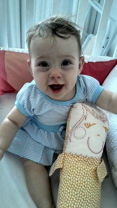 alice usando baby e protetor de berço do tijolinho amarelo!