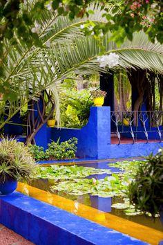 Le jardin Majorelle : le jardin bleu de Marrakech - Westwing vous emmène flâner dans les allées ombragées du splendide jardin Majorelle à Marrakech ! Jardim Majorelle, Moroccan Garden, Morocco Travel, Marrakech Travel, Blue Garden, Garden Pots, Blue City, Outdoor Living, Outdoor Decor