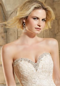 Wedding Dress 2774 Crystal Beading Trims the Net Gown Decorated with Embroidered Lace Appliques