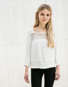 Blusa BSK con blonda. Descubre ésta y muchas otras prendas en Bershka con nuevos productos cada semana