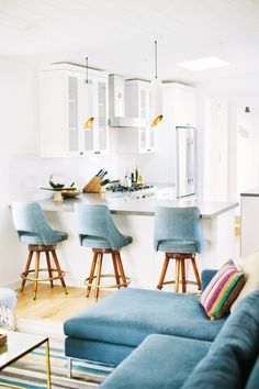 White breakfast bar stools how a interior designer styles her beach home kitchens interior design kitchen . White Kitchen Interior, Home Decor Kitchen, Interior Design Kitchen, Home Kitchens, Kitchen White, Room Kitchen, Space Kitchen, Kitchen Stools, Breakfast Bar Stools