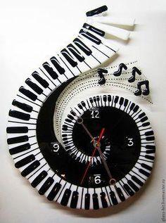 such a cool clock! Clock Art, Diy Clock, Clock Decor, Unusual Clocks, Cool Clocks, Fused Glass Art, Stained Glass Art, Wall Watch, Music Decor