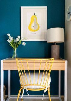 peinture-bleu-canard-console-en-bois-chaise-jaune-lampe-de-table-abat-jour