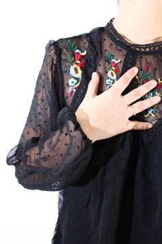 Camisa de plumeti con transparencias, topitos y bordados en el escote. La parte de atrás es totalmente transparente. Es ideal para cualquier circunstancia y con cualquier prensa ya que sienta de maravilla.