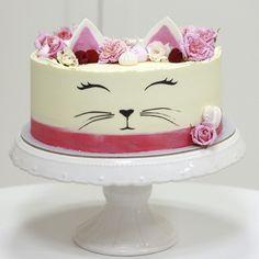 Táto roztomilá cica mica bola krstinová🥰 Vnútri vanilkovo-tvarohová s mix čerstvým ovocím. Mačičkové zdobenie s krémovým menom, a krásne jedlé ružičky ako inak od @erik_valentovic 🌸 . #catcake #christeningcake #krst #torta #krstinovatorta #catlover #pink #edibleflowers #meringue #buttercream #buttercreamcakes #instacake #cakedecorating #cakecouture #napeceneslaskou #pinkcakery #bratislava #petrzalka Bratislava, Meringue, Cake, Desserts, Pink, Food, Pie Cake, Merengue, Meal