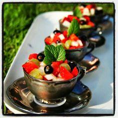 Panna cotta toppad med frukt o bär