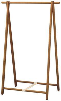 Hanger rack using natural wood Wood Clothing Rack, Wooden Clothes Rack, Diy Clothes Rack, Wood Furniture, Furniture Design, Craft Booth Displays, Hanger Rack, Boutique Interior, Store Design
