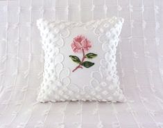 Artículos similares a Pink pillow cover ONE ROSE vintage chenille pink cushion cover cottage chic shabby style en Etsy