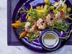 Garnelenspieße auf Salat - mit Limetten-Ingwer-Sauce und Sesam - smarter - Kalorien: 517 Kcal - Zeit: 40 Min. | eatsmarter.de Sieht das nicht lecker und gesund aus?