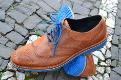 O melhor do verão! Pode se jogar em cores fortes, é o hit do verão! Confira na Adoro Presentes, os calçados feitos em couro da Capotacco. #Capotacco #AdoroPresentes #Sapatos #calçados #couro #ModaMasculina #Masculina #verão #colorido #presente #Fashion #Style #Sapato