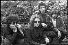 The Velvet Underground: (l.) Doug Yule Maureen Tucker, Lou Reed, Sterling Morrison posing in a circle garden, May 70s Music, Good Music, Maureen Tucker, Pale Blue Eyes, Spotify Playlist, Yule, Cambridge, Rock And Roll, Velvet
