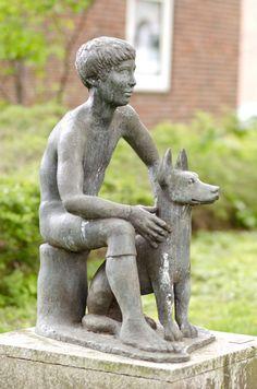 #Kiel Die beiden scheinen sich blind zu vertrauen: Der Junge und sein Hund sitzen freundlich und gespanntin der Grünanlage, der Junge auf einem kleinen Schemel hockend mit den Armen locker auf den Bein...