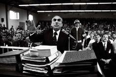 12 Eylül sonrası askeri mahkemede yargılanan Alparslan Türkeş savunmasını yapıyor,1981. (Rıza Ezer - Depo Photos) People, Concept, Facebook, Wallpaper, Twitter, Attila, Wallpaper Desktop, Wallpapers, People Illustration