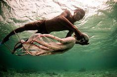La tribu de los Bajau: Se dice que aprenden a nadar antes de caminar, que rompen sus tímpanos para sumergirse en el mar más tiempo y más profundo, y que pasan sus vidas en el mar, viviendo entre barcos y el agua en busca de perlas, pepinos de mar y pescado.