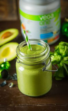 Grinch Green Smoothie: Don't be a Grinch, drink your spinach! The rich green color comes from chlorophyll, which can be found all the greens and chlorella. This tasty green drink is full of antioxidants, vitamins and minerals. Healthy Drinks, Healthy Snacks, Healthy Eating, Nutribullet Recipes, Smoothie Recipes, Vegetarian Recipes, Cooking Recipes, Healthy Recipes, Sin Gluten