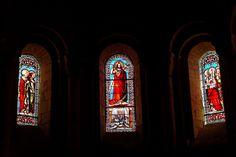 Vitrais da Igreja da Abadia de Nossa Senhora da Natividade em Le Buisson-de-Cadouin, departamento da Dordonha, região da Aquitânia, França.   Fotografia: Thesupermat.
