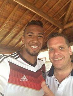 """Auch der angeschlagene Jerome Boateng ist guter Dinge: """"Schöne Grüße aus dem Campo Bahia von unserem DFB-Physio Christian und mir"""""""