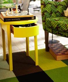 Mesilla de noche STOCKHOLM amarilla con el cajón abierto