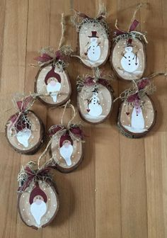 paint wood slices for sweet ornaments Christmas Wood Crafts, Wooden Christmas Ornaments, Handmade Christmas Decorations, Homemade Christmas Gifts, Rustic Christmas, Christmas Art, Christmas Projects, Holiday Crafts, Theme Noel