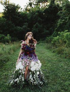 Impressionante: vestido de noiva exuberante feito 100% com flores naturais