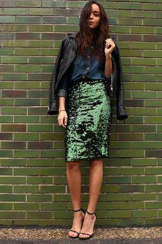 saia midi verde com lantejoulas e jaqueta de couro