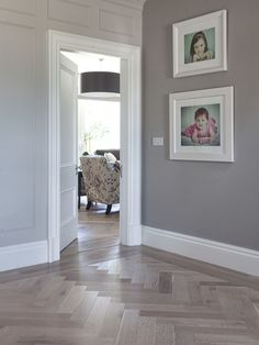 Love the floor design Oak Parquet Flooring, Hall Flooring, Living Room Flooring, Floors, Style At Home, Hallway Colours, Tiled Hallway, Grey Hallway, Herringbone Wood Floor