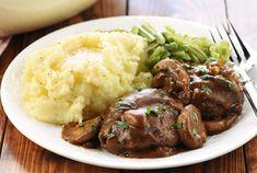 Αφράτα, πεντανόστιμα μπιφτέκια σε μια υπέροχη σάλτσα φρέσκων μανιταριών για να απολαύσετε το τέλειο δείπνο ή γεύμα στο καθημερινό οικογενειακό τραπέζι και όχι μόνο. Μια εύκολη και απλή συνταγή (προσαρμοσμένη από εδώ) για ένα υπέροχο πιάτο. Συνοδέψτε το με πουρέ πατάτες και πράσινα φασολάκια και ... καλή σας