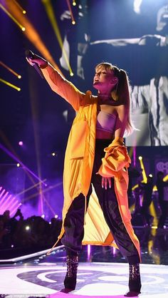 [HQ'S] Ariana Grande performing at the 2016 iHeart Radio Music Festival, Sep. - Frank L - [HQ'S] Ariana Grande performing at the 2016 iHeart Radio Music Festival, Sep… – Frank L - Picbilder- Wir Für Bilder Ariana Grande Fotos, Ariana Grande Outfits, Ariana Grande Bangs, Ariana Grande 2016, Ariana Grande Concert, Radios, Canciones Ariana Grande, Nickelodeon Victorious, Robes Glamour