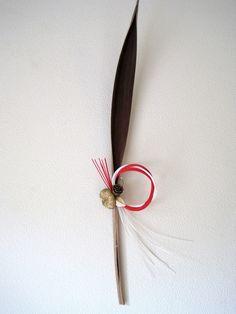 自然素材の葉の形はコタバキアです。小さな水引とゴールドの飾りを付けました|ハンドメイド、手作り、手仕事品の通販・販売・購入ならCreema。