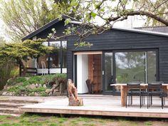 Les hvordan Sille og Morten til slutt kapret den vakre sekstitallsboligen. My Home Design, House Design, Glass Castle, Retreat House, Wood Patio, Garden Office, Marimekko, House 2, Black House