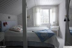 makuuhuone,sänky,mökki,vaatekaappi,sängynpääty Nature Decor, Scandinavian Home, Sweet Dreams, Cottage, Colours, Curtains, Interior Design, Furniture, Bedrooms